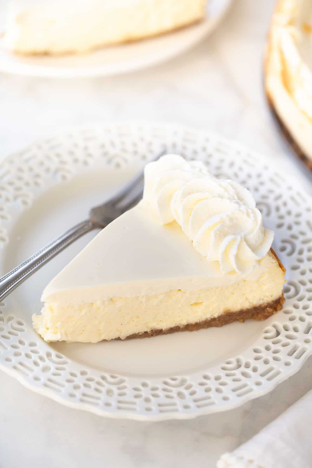 photo de cheesecake sur assiette blanche